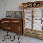 Porta-janela – Os móveis mantêm a cor e as características da madeira original.